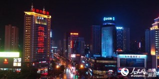 """9月20日晚,人民网""""向祖国表白""""公益灯光秀在青海西宁市中心广场点亮。许璇 摄"""