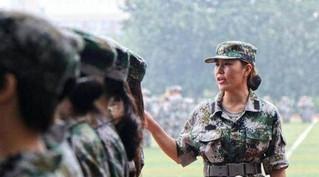郑州大学女神教官 主要为了方便纠正女学生不规则的军姿