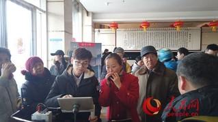春节期间,店里等待排队叫号的顾客非常多。(杨波 摄)