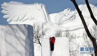 (社会)(5)哈尔滨:国际雪雕比赛开铲