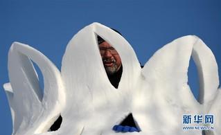 """(社会)(6)哈尔滨:国际雪雕比赛中的""""严寒斗士"""""""