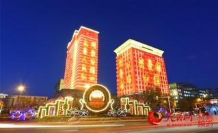 """9月20日晚,人民网""""向祖国表白""""灯光秀在新疆乌鲁木齐高新区(新市区)点亮。于国伟 摄"""