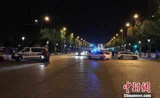 图为警方封锁通往香榭丽舍大道周边地带。龙剑武 摄