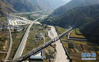 (经济)(2)兰渝铁路全线开通满一年 大通道作用日益显现