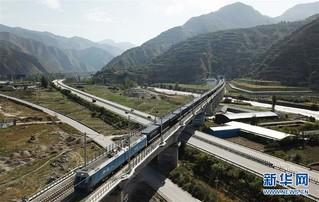 (经济)(6)兰渝铁路全线开通满一年 大通道作用日益显现