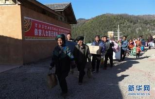 (新春走基层)(4)四川大凉山:彝族群众热热闹闹搬新居