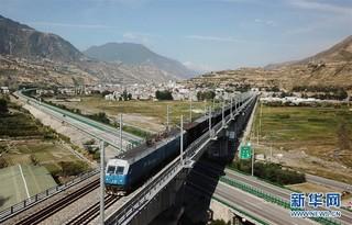(经济)(1)兰渝铁路全线开通满一年 大通道作用日益显现