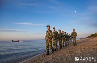 白鱼湾边防派出所官兵在兴凯湖边巡逻 。周毓亮 摄