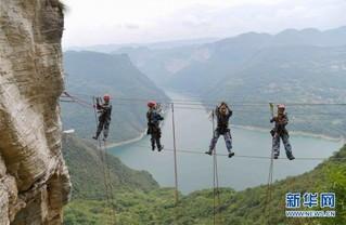 #(社会)(3)悬崖绝壁攀岩热