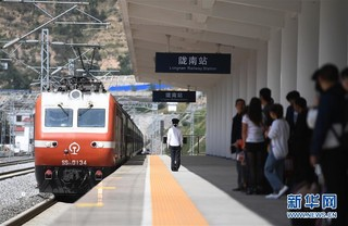 (经济)(4)兰渝铁路全线开通满一年 大通道作用日益显现