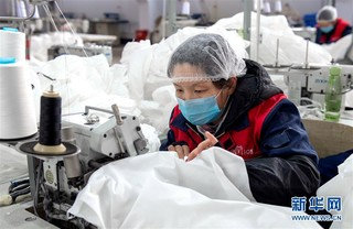 (聚焦疫情防控)(1)河北邯郸:开足马力生产防护服保障市场供应
