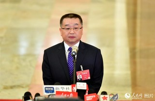 国家医疗保障局局长胡静林接受记者采访。