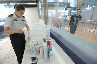 暑运以来北京铁警查获各类违禁物品11万余件