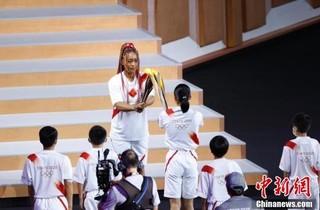 7月23日,第32届夏季奥林匹克运动会开幕式在日本东京新国立竞技场举行。图为最后一棒火炬手、日本网球运动员大坂直美进行圣火传递。 <a target='_blank'  data-cke-saved-href='http://www.chinanews.com/' href='http://www.chinanews.com/'><ppictext