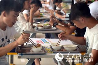 """大学的食堂内,学生们正在就餐,很多人的餐盘里食物""""按需取量""""。"""