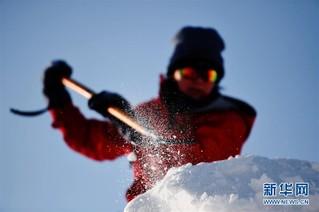 (社会)(3)哈尔滨:国际雪雕比赛开铲