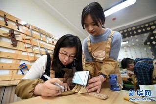 """(图片故事)(10)女孩创业当""""木匠"""""""
