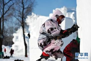 """(社会)(5)哈尔滨:国际雪雕比赛中的""""严寒斗士"""""""