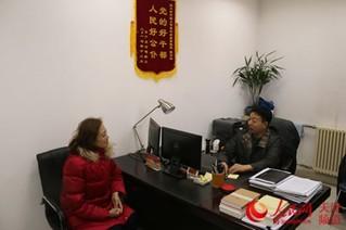 天津市国土房管局信访处处长张利兵接待信访群众 张静淇/摄