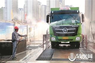 驶出工地的新型环保智能渣土车还需要经过出入口的洗车台以及高压水枪的冲洗,防止把扬尘带到工地外。