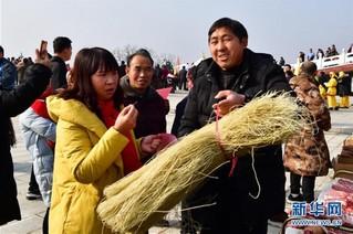 """(走基层 听民声)(1)贫困村的""""年货节"""""""