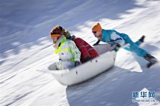(国际)(4)瑞士施图斯举行浴缸滑雪赛