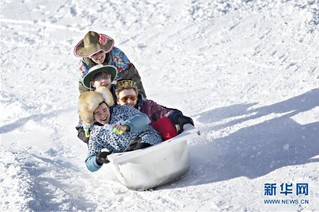(国际)(5)瑞士施图斯举行浴缸滑雪赛