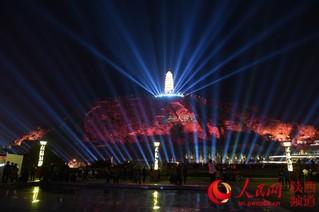 """9月20日晚,陕西延安市民在宝塔山下观看人民网""""向祖国表白""""公益灯光秀。祁小军 摄"""