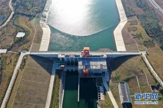 (社会)(1)俯瞰南水北调中线工程渠首:一渠清水润京津
