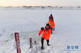 (新春走基层)(7)黄河上凿冰的水文人