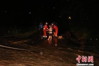 云南元江9人被困山体滑坡和洪水间已成功救出(图)