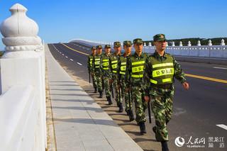 白鱼湾边防派出所官兵在兴凯湖公路大桥巡逻。周毓亮 摄
