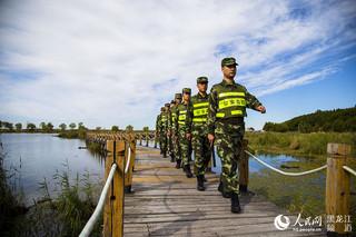 白鱼湾边防派出所官兵巡逻兴凯湖湿地。周毓亮 摄