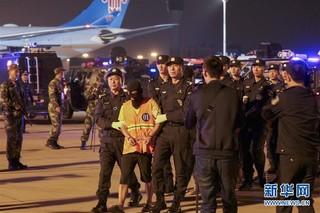 10月12日,在济南遥墙国际机场,电信网络诈骗犯罪嫌疑人被押解回国。