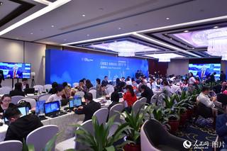 12月6日,在《财富》全球论坛的新闻中心,中外记者忙碌万分。(人民网记者 翁奇羽/摄)