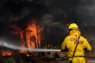 12月5日,在美国加利福尼亚州南部文图拉县,消防员为着火建筑灭火。新华社/法新