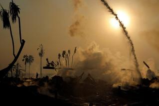 12月5日,在美国加利福尼亚州南部文图拉县,消防员在林火现场灭火。新华社/路透