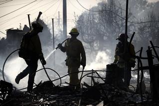 12月5日,在美国加利福尼亚州南部文图拉县,消防员为着火建筑灭火。新华社/美联