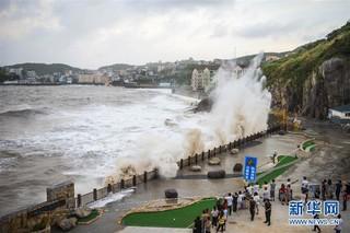 """#(社会)(3)台风""""玛莉亚""""逼近 温岭沿海巨浪拍岸"""