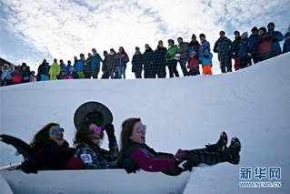 (国际)(3)瑞士施图斯举行浴缸滑雪赛