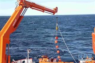 """(""""雪龙""""探南极·图文互动)(2)""""雪龙2""""号首次回收和布放南极考察潜标"""