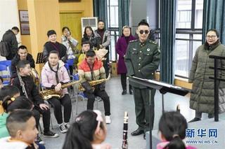 """(社会)(2)""""排雷英雄战士""""杜富国慰问重庆特殊教育中心盲童"""