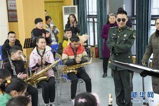 """(社会)(1)""""排雷英雄战士""""杜富国慰问重庆特殊教育中心盲童"""
