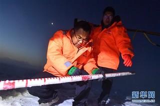 (新春走基层)(4)黄河上凿冰的水文人