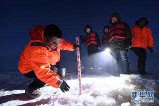 (新春走基层)(2)黄河上凿冰的水文人