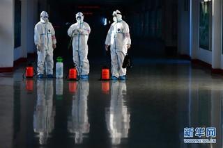(聚焦疫情防控)(8)严格消毒助旅客安全出行