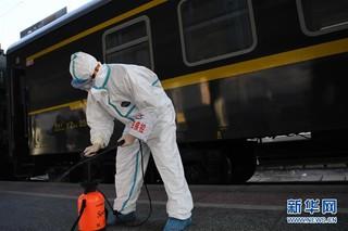 (聚焦疫情防控)(5)严格消毒助旅客安全出行