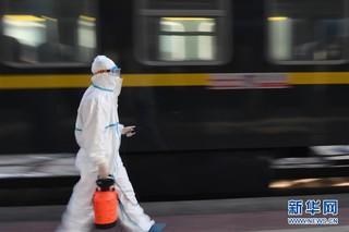 (聚焦疫情防控)(1)严格消毒助旅客安全出行