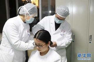 (聚焦疫情防控)(2)进病房前 她们剪短长发