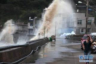 """#(社会)(4)台风""""玛莉亚""""逼近 温岭沿海巨浪拍岸"""